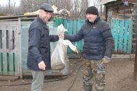 Директор парка Владимир Кузнецов (слева) передаёт гуся Айгизу Рыскильдину.