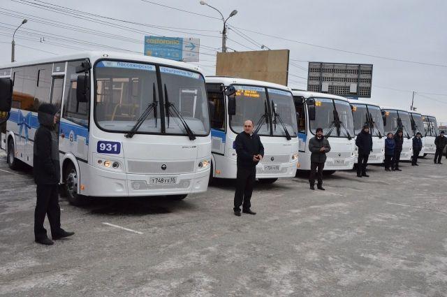 Фролов вручил ключи отновых «ПАЗов» водителям омских ПАТП