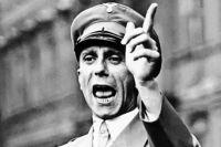 Геббельс выступает в берлинском Люстгартене, 25 августа 1934 года. Этот жест он использовал для выражения угрозы или предостережения.