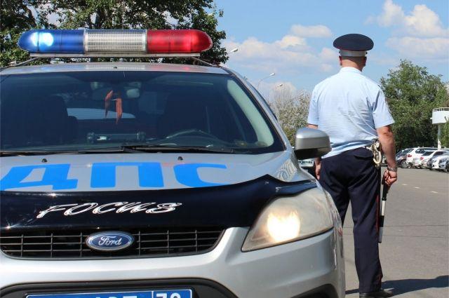 Авто ДПС попало вДТП, протаранив дорожные ограждения вПетербурге