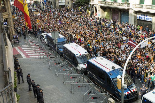 Мадрид отстранил отдолжности руководителя милиции Каталонии