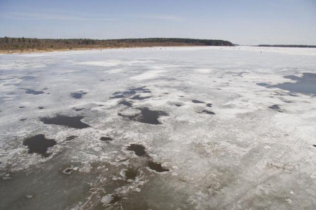 Крепким и безопасным лёд станет только после продолжительных морозов.