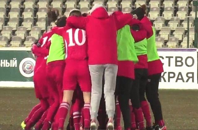 Пермские футболистки празднуют чемпионство.