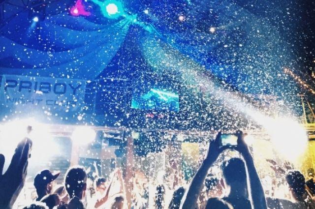 В ночном клубе Нового Уренгоя парень баловался наркотиками