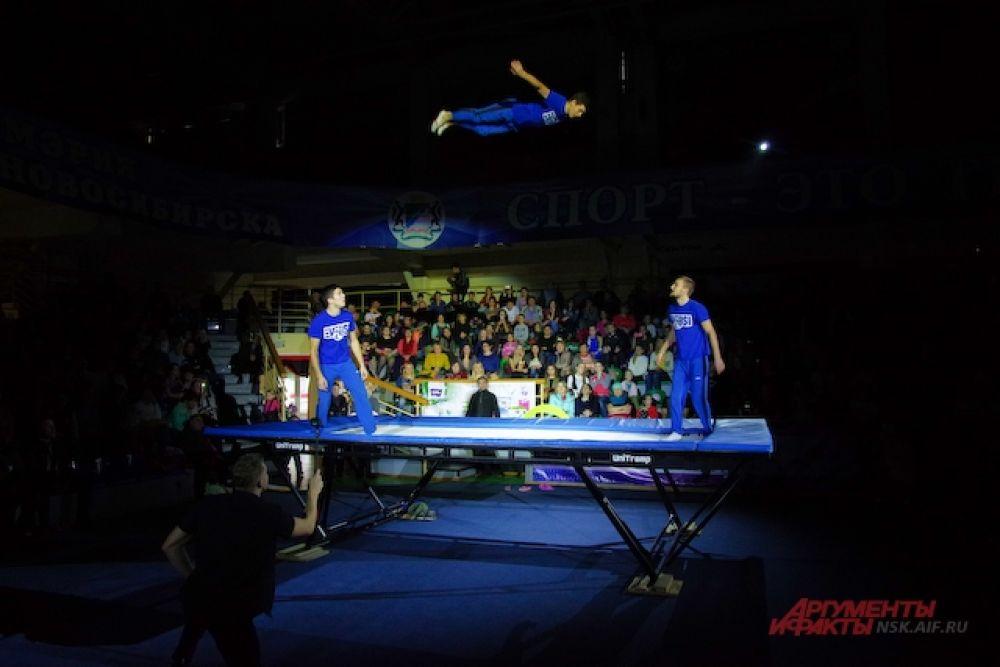 поразили смелостью выполнявших трюки в воздухе. Правда, некоторые зрители начали беспокоиться: не ударится ли спортсмен о потолок.