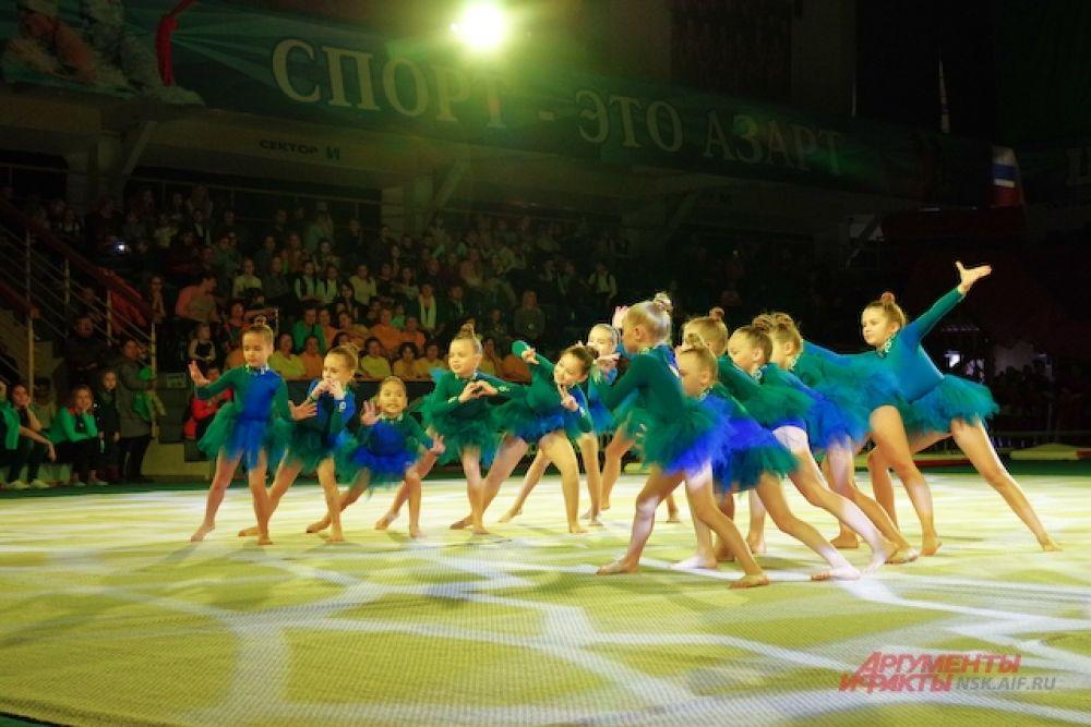 В фестивале ежегодно участвуют новосибирцы самых разных возрастов: от пятилетних малышей до любителей гимнастики, которым далеко за семьдесят.