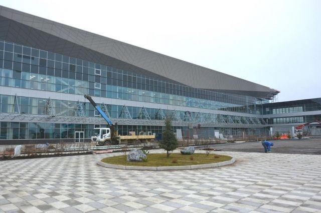 Работы по реконструкции аэропорта продолжаются.