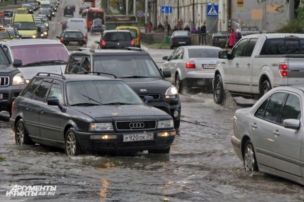 Улицы города ушли под воду.