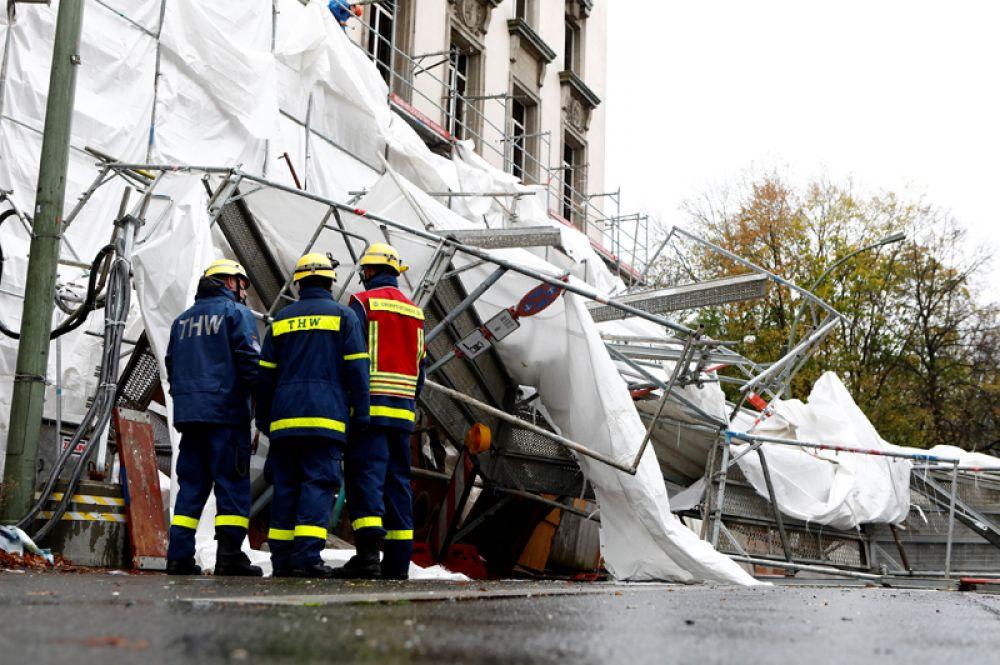 Строительные леса на здании, упавшие в результате шторма «Херварт», в Берлине.