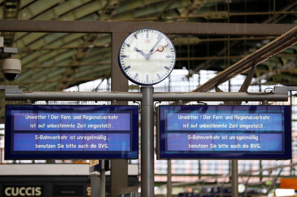 Информационное табло с сообщениями об отмененных из-за шторма «Херварт» поездах на железнодорожной станции «Остбанхоф» в Берлине.