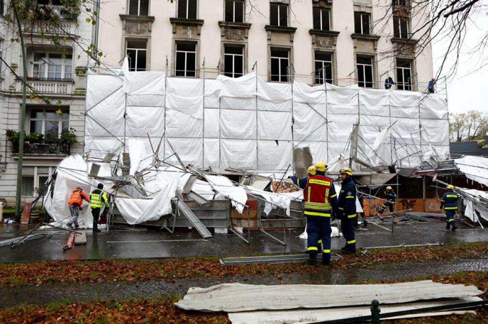 Строительные леса, упавшие в результате шторма «Херварт», в Берлине.