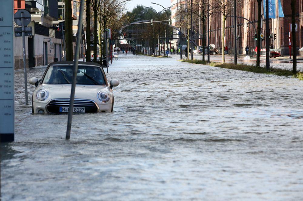 Затопленные улицы в районе Хафенсити в Гамбурге.