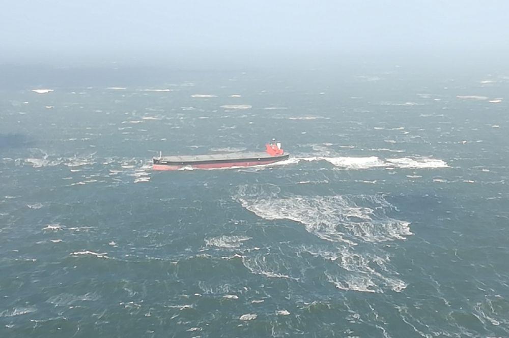 Судно Glory Amsterdam, севшее на мель из-за шторма, вызванного ураганом «Герварт».