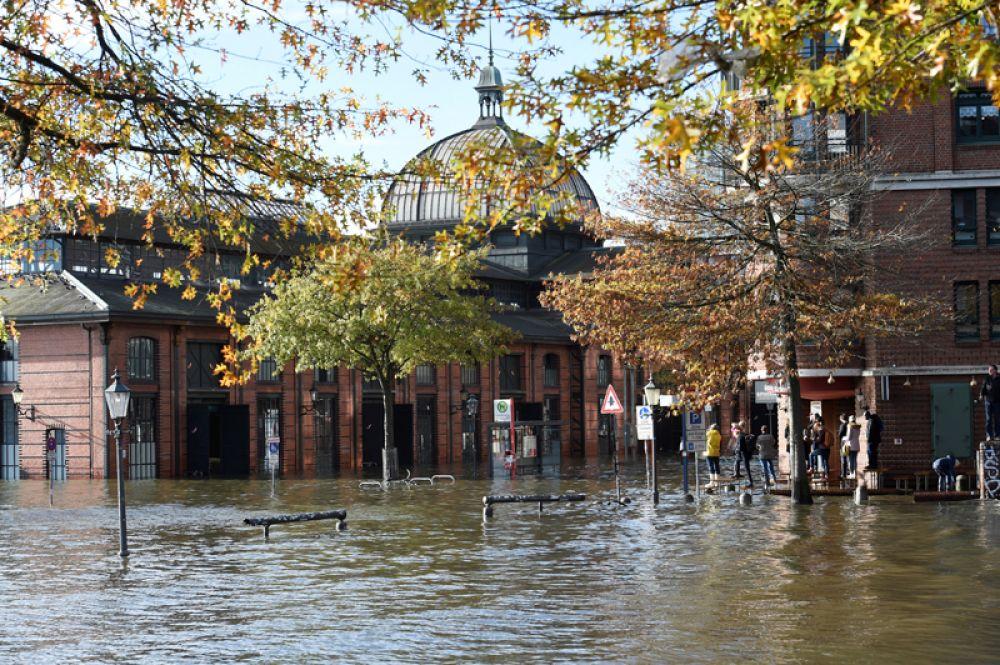 Затопленный рыбный рынок в Гамбурге.