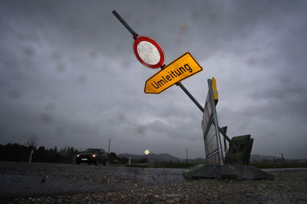Свернутый дорожный знак неподалеку от города Зег в Германии.