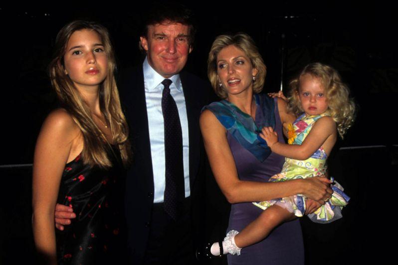 Иванка Трамп с отцом, Дональдом Трампом, его вторая жена, Марла Мэйплз, и их дочь Тиффани. Празднование 50-летия Дональда Трампа в отеле Taj Mahal, 1996 год.
