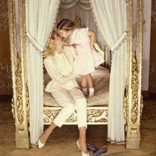 Иванка Мари Трамп родилась 30 октября 1981 года в Нью-Йорке. У неё двое родных братьев, Дональд и Эрик, а также единокровные по отцу сестра и брат, Тиффани и Бэррон. На фото: Иванка Трамп с матерью Иваной.