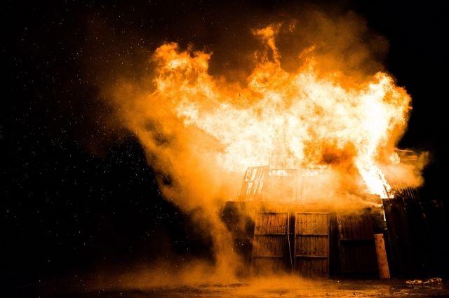 Дом в Перми полностью сгорел. В огне погибла его 40-летняя хозяйка