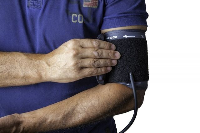 Врачи советуют начать периодически контролировать артериальное давление уже с 30 лет.