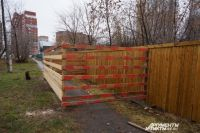 Сейчас территория с повышенным радиационным фоном обнесена плотным забором.