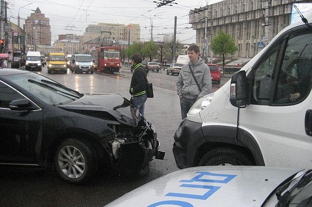 ВПетербурге автомобиль сномерами Смольного сбил 2-х девушек напереходе— свидетели