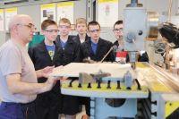 В течение двух недель студенты слушают лекции в техникуме, а следующие две недели они проводят на заводе в учебном макетном классе и в цехах.