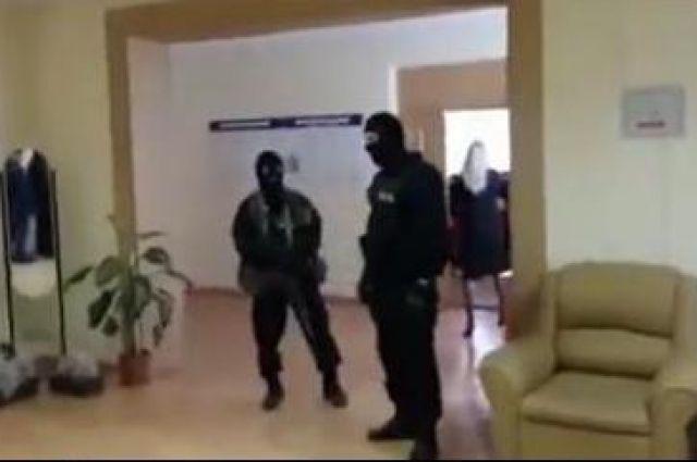 ФСБ удерживает оперативников транспортной милиции Петербурга запохищение человека