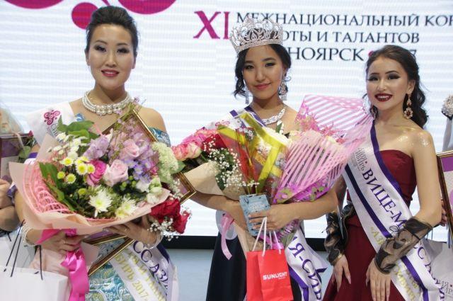 В программе конкурса было дефиле в национальных костюмах и творческий номер.