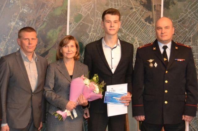 Леониду и его маме вручили приглашение на церемонию и билеты до Москвы и обратно.