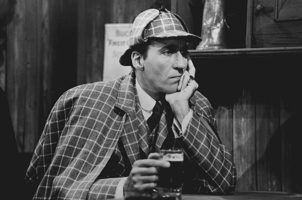 Кристофер Ли («Шерлок Холмс и смертоносное ожерелье», 1962; «Происшествие на водопаде Виктория», 1991; «Шерлок Холмс и примадонна», 1992).