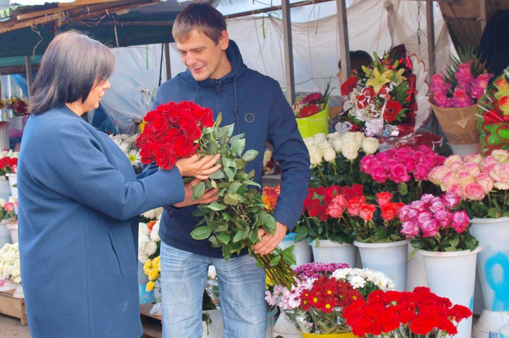 На рынке большой выбор цветов: розы, орхидеи, лилии и не только.