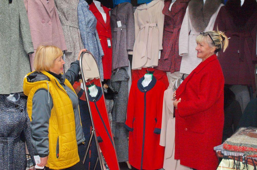 На рынке большой выбор осенней и зимней верхней одежды: пальто, курток, шуб, дублёнок, пуховиков.