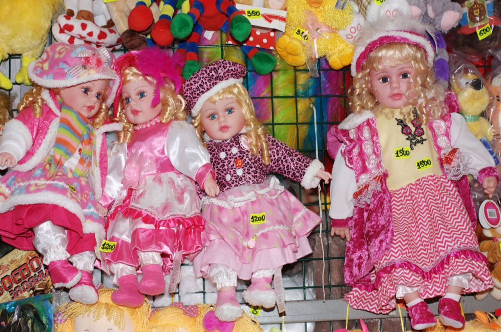 В ТК «Рассвет» большой выбор одежды и обуви для детей. Тут же можно определиться с подарком ребенку на день рождения: найдется все - от машинки до куклы.