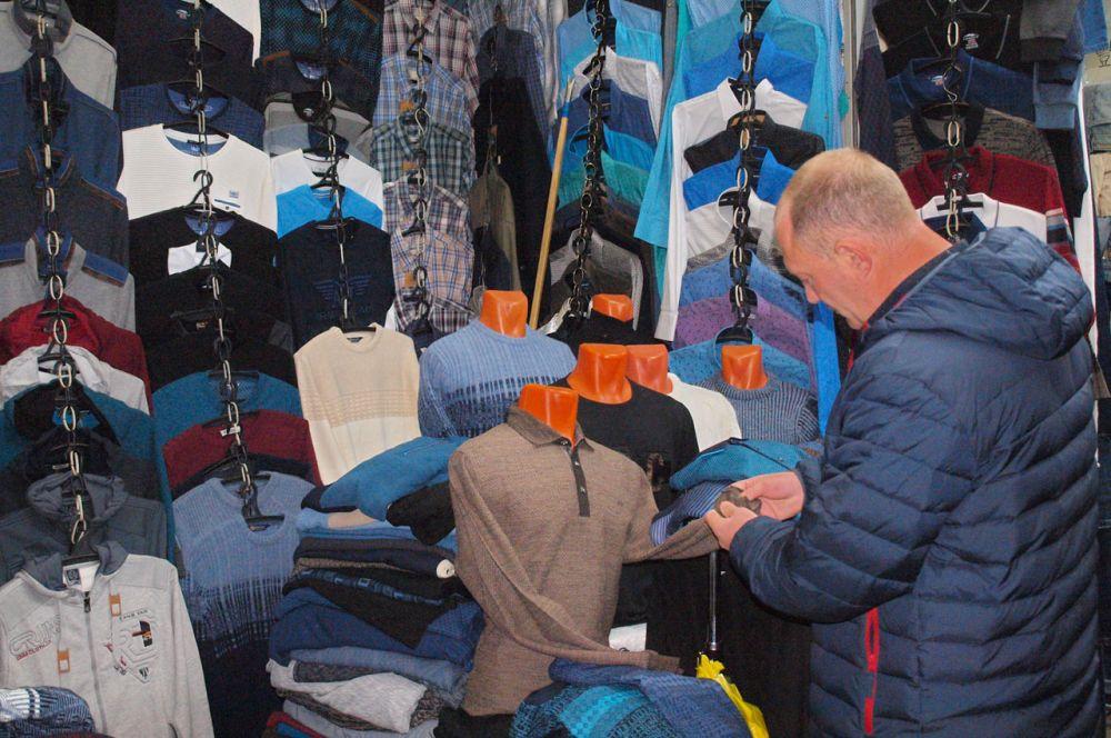 На рынке также большой выбор одежды и обуви для мужчин.