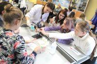 На занятии школьники познакомились с профессией лаборанта химического анализа.