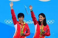 Чэнь Жолинь и Лю Хуэйся (Китай), завоевавшие золотые медали на соревнованиях по синхронным прыжкам с вышки 10 м среди женщин на XXXI летних Олимпийских играх в Бразилии.