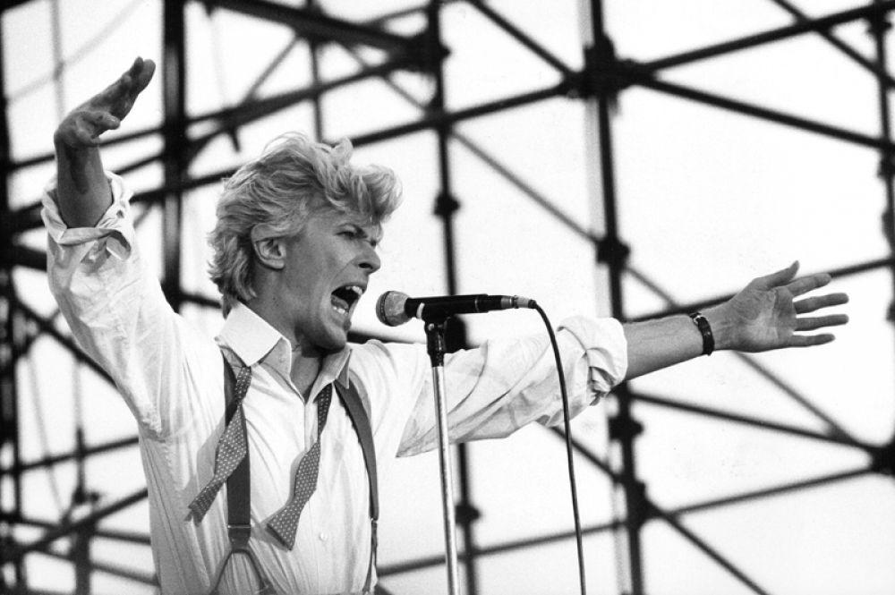 11 место. Легендарный рок-музыкант и актёр Дэвид Боуи, скончавшийся в январе 2016 года, по-прежнему остается популярным. За прошедший год доход от продажи его альбомов составил 9,5 миллионов долларов.