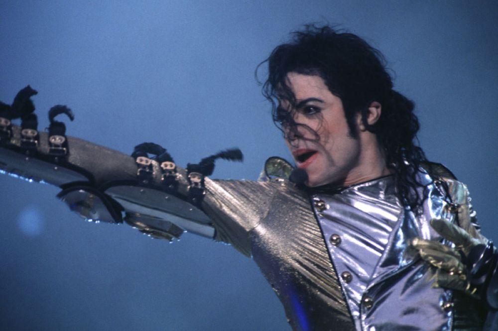 1 место. Американский поп-исполнитель Майкл Джексон возглавил список самых высокооплачиваемых умерших знаменитостей. Умерший в 2009 году музыкант заработал 825 миллионов долларов. Большую часть этой суммы, а именно 750 миллионов долларов, принесла родственникам сделка по продаже половины лейбла Sony/ATV Music Publishing японской корпорации Sony.