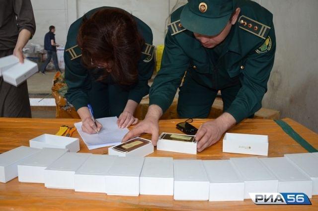 В Оренбуржье пытались ввезти поддельные iPhone и одежду на 30 миллионов.