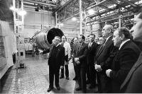 Декабрь 1986 г. Павел Соловьёв (в центре) в сборочном цехе Пермского моторного завода.