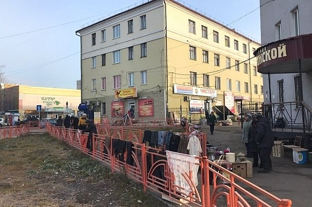 Пресловутые оранжевые ограждения на улице Волжской ограждения удобны только для уличных торговцев.
