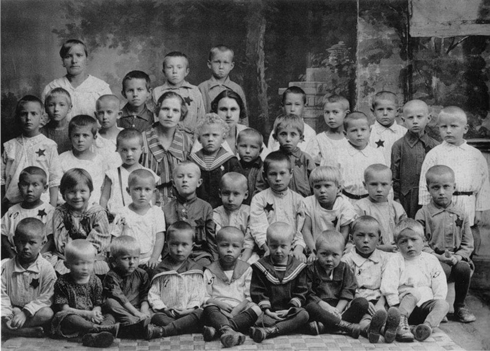 В детском саду. Снимок для родителей. 1930-е годы.