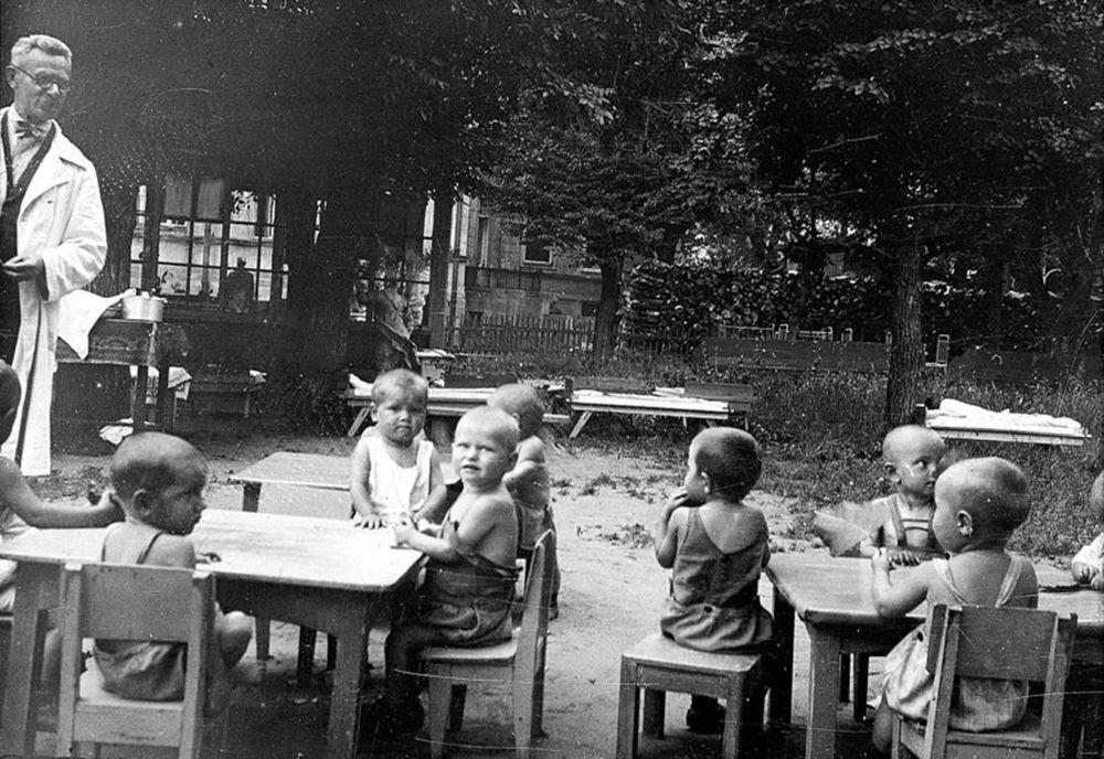 Воспитание и содержание детей советская власть взяла под свой контроль.