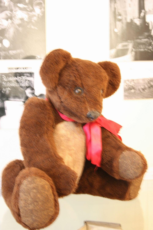 Один из экспонатов выставки «Революция детства» - игрушечный, набитый опилками медведь 1930 года рождения.