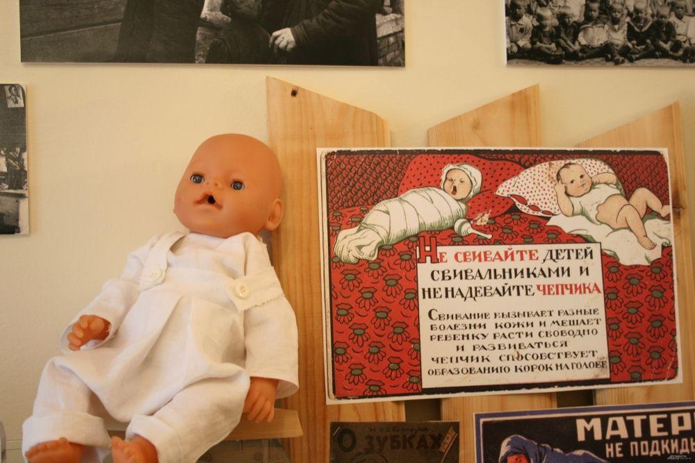 В первые годы советской власти в России были созданы школы для матерей, где их обучали уходу за новорожденными детьми. В том числе женщинам объясняли вред тугого пеленания младенцев.