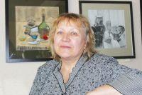 Елена Выборнова в живописи – новичок. На заднем  плане – её картины.