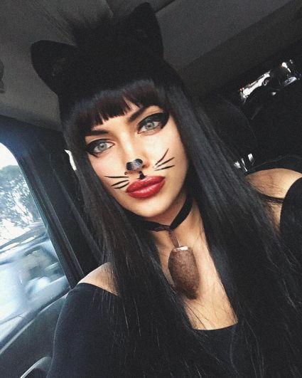 Ирина Шейк выбрала сексуальный образ кошечки.