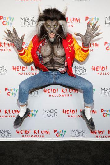 Уже 18 лет подряд Хайди Клум собирает друзей в Нью-Йорке на вечеринку по случаю Хэллоуина, и каждый раз удивляет гостей неожиданными перевоплощениями - в разные годы она превращалась то в ведьму, то в женщину-кошку, то в трансформера. В этот раз топ-модель предстала в образе оборотня из знакового клипа «Триллер» Майкла Джексона.