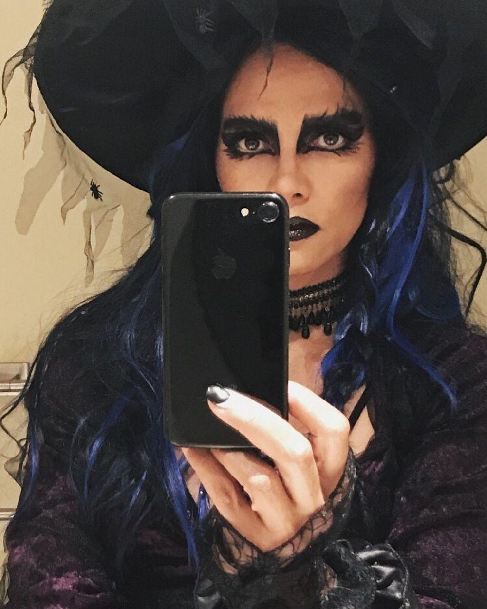 Да это же голливудская красотка Холли Берри с ярким макияжем и красивыми черно-синими волосами.