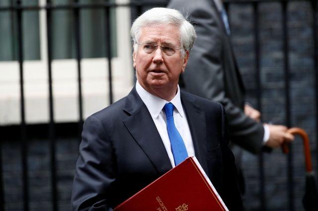 Министр обороны Англии подал вотставку после скандала одомогательствах